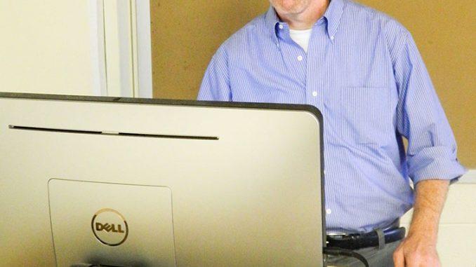 Professor Jim McKairnes evaluates unaired TV pilots with students in his TV A to Z class. | Sash Schaeffer TTN