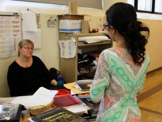 Senior Jennifer Nguyen (right) talks with local teacher Christine Swift as part of a high school journalism workshop. | Claire Sasko TTN