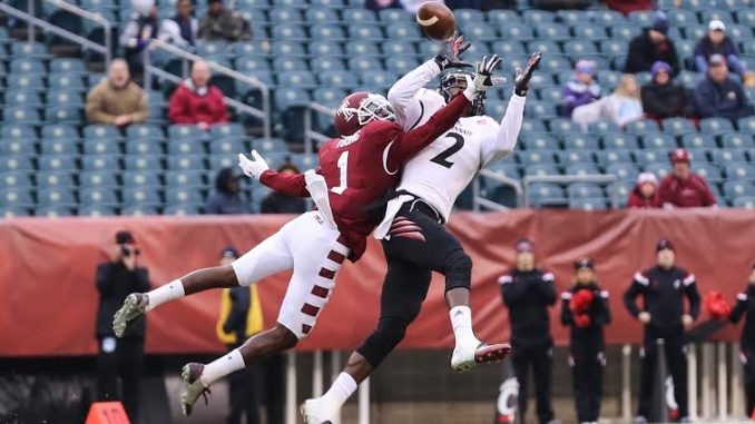 Temple defensive back Tavon Young (left) attempts to interfere with a pass intended for Cincinnati receiver Mekale McKay (right). McKay led the Bearcats with six receptions for 39 yards and a touchdown reception in the 14-6 win. | Hua Zong TTN