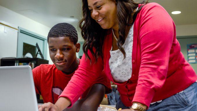 Mighty Writers North Philadelphia Program Director, Shamira O'Neal (right), teaches the Teen Scholars program. | Brianna Spause TTN