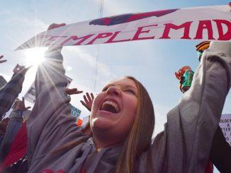 "Jordan Stewart raises her ""Temple Made"" sign at ESPN's College GameDay Oct. 31 at Independence Hall. | Geneva Heffernan TTN"